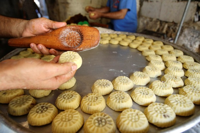 A worker prepares traditional sweets called Maamoul a day before Eid al-Fitr, in Sidon's Old City in southern Lebanon September 9, 2010. Eid al-fitr marks the end of Ramadan, the holiest month in the Islamic calendar, during which Muslims around the world abstain from eating, drinking and sexual relations from sunrise to sunset. REUTERS/Ali Hashisho  (LEBANON - Tags: RELIGION FOOD SOCIETY)